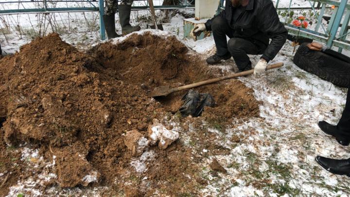 Уральский ритуальщик зарезал собутыльника и закопал в чужой могиле