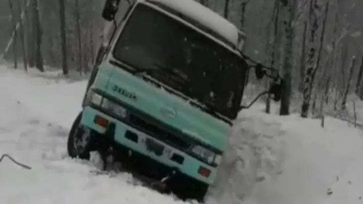 На трассе Соловьевск-Тында из-за снегопада застряли большегрузы