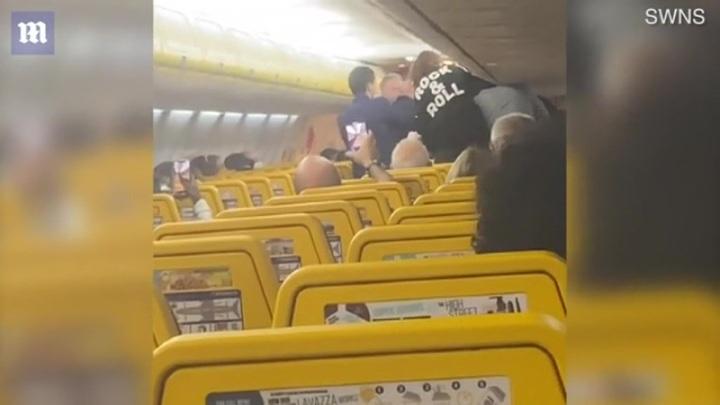 """""""Я тебя раздавлю"""": британская туристка спровоцировала массовую драку в самолете"""