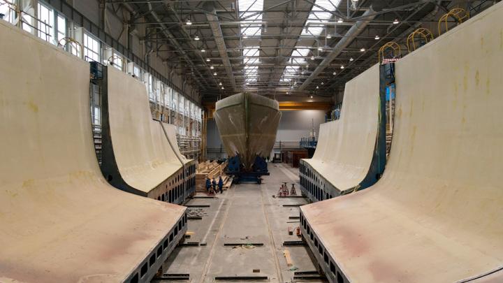 Военные показали, как извлекают из матрицы крупнейший композитный корабль