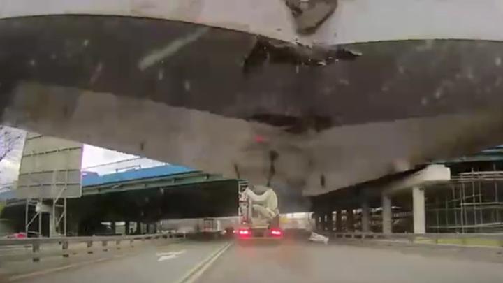 Появилось видео момента ДТП с бетонной балкой на Рублевке
