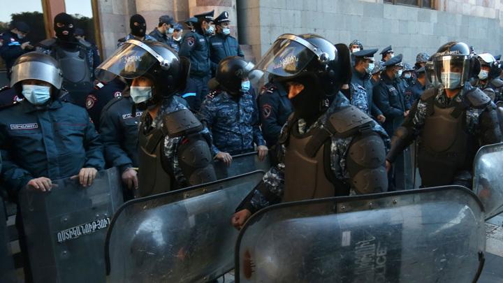 Круг по центру: в Ереване завершилось шествие противников премьера