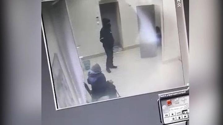 МВД опубликовало видео из банка, который ограбил вооруженный налетчик