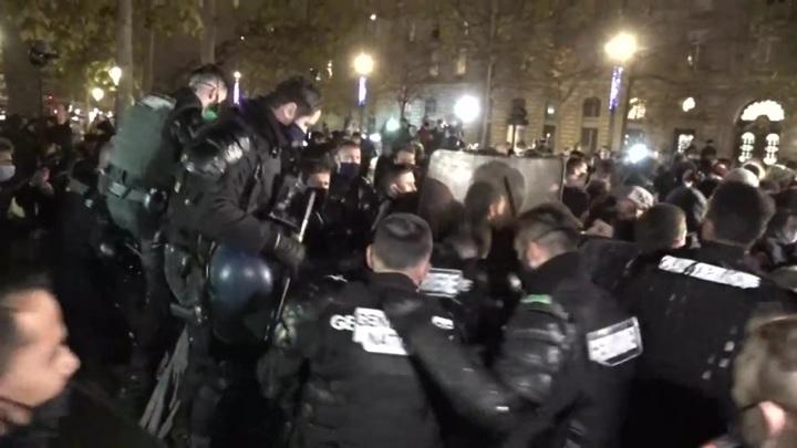 В центре Парижа полиция разобрала палаточный лагерь мигрантов