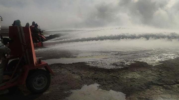 Пожарные спустя месяц вернулись к тушению горящей в Дагестане нефтескважины