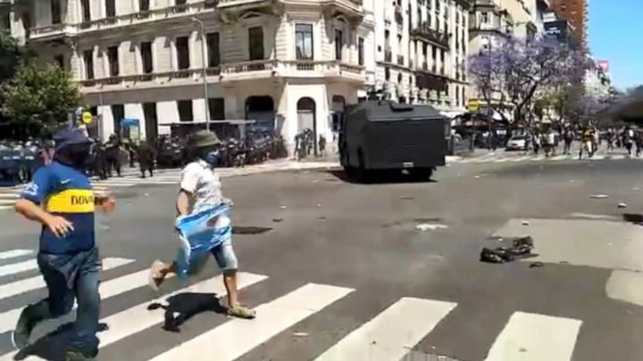 В центре Буэнос-Айреса полиции пришлось потеснить фанатов Марадоны