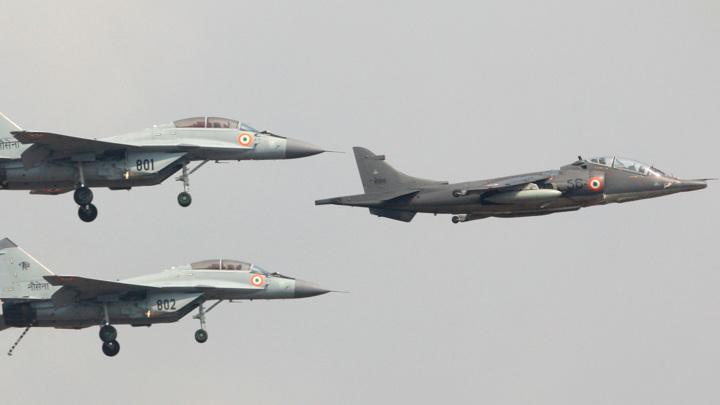 Потерпел катастрофу истребитель ВМС Индии, один пилот пропал