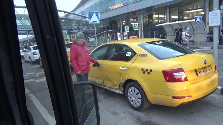Власти Москвы призвали агрегаторов такси не завышать цены на поездки