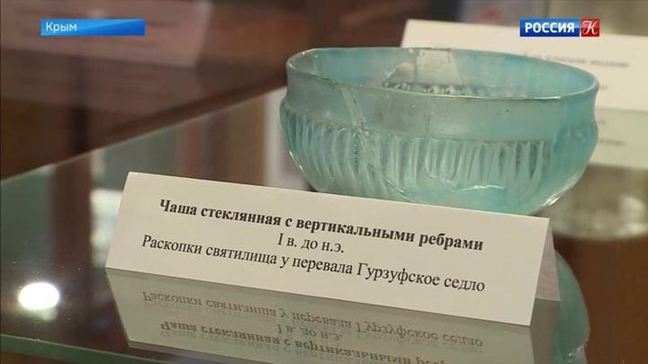 В Ялтинский историко-литературный музейпосле реставрации вернулась коллекция античного стекла