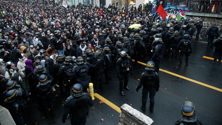 Полиция применила водометы против протестующих в Париже