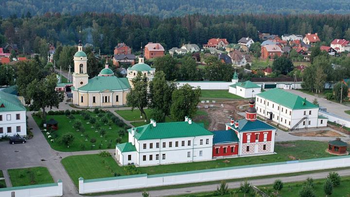 В Подмосковье начался пожар на территории женского монастыря