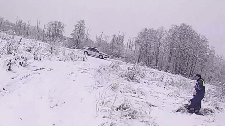 Подмосковные полицейские спасли замерзавшего в поле мужчину