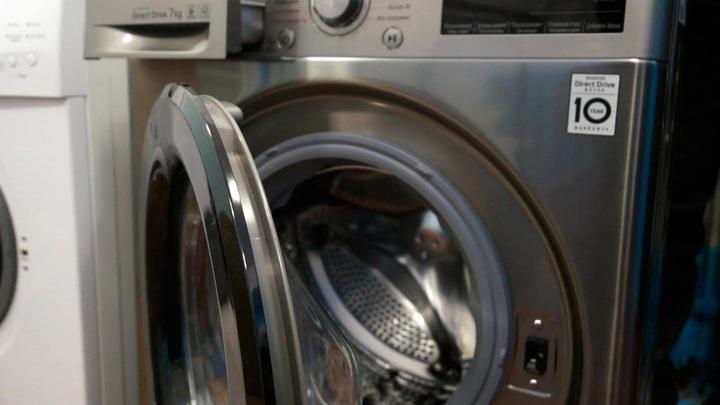 Обманутый возлюбленный утопил кошку пассии в стиральной машинке и спрятался в замке