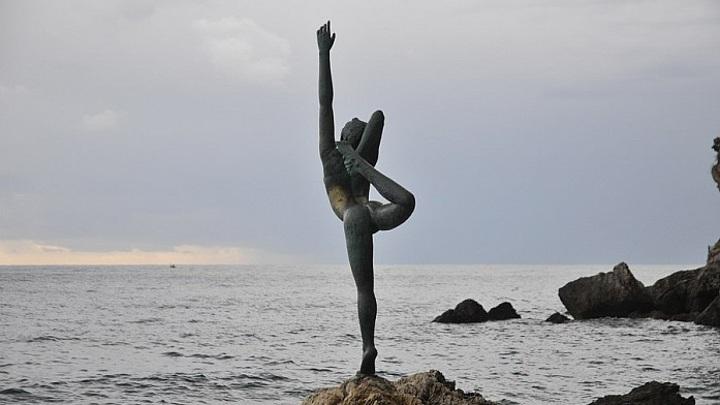 Будва осталась без бронзовой статуи танцовщицы на берегу Адриатического моря