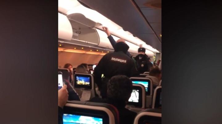 """""""Молитесь!"""": пассажирка без маски на два часа задержала вылет рейса из Пулкова"""