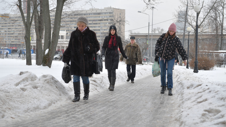 Через сутки ледяные тротуары Москвы засыплет снегом