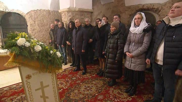 Владимир Путин встречает Рождество в древней новгородской церкви