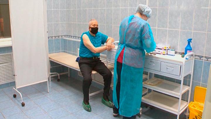 Пожилых россиян со снятием режима самоизоляции нужно первыми прививать от COVID
