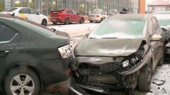 На Суздальском проспекте водитель минивэна устроил ДТП на автомойке
