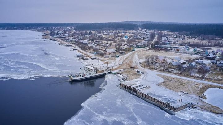 На реке в Ленобласти паром с пассажирами зажало льдом