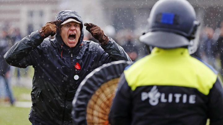 Тысячи человек вышли на улицы Амстердама в знак протеста против COVID-пропусков