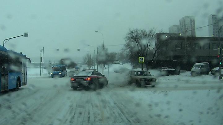 Авария с участием машины Следственного комитета в Москве попала на видео