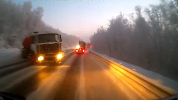 Грузовик протаранил маршрутку под Мурманском. Видео