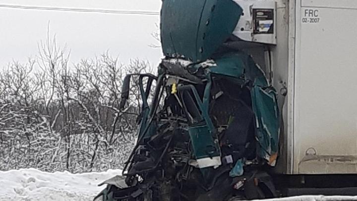 Во Владимирской области водитель грузовика погиб в смятой кабине