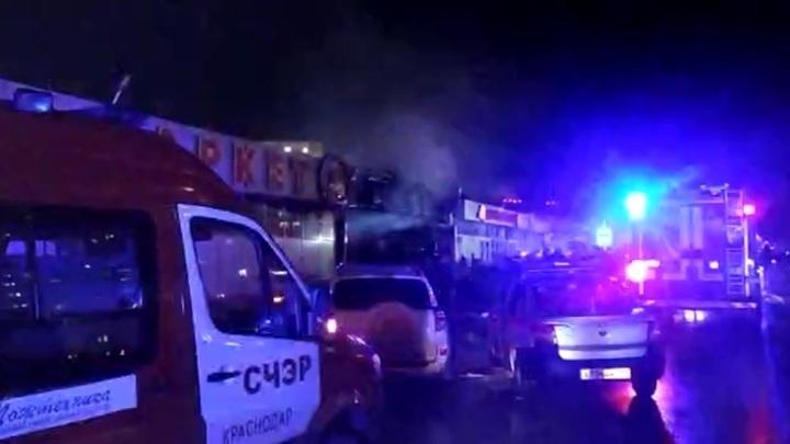 В Краснодаре пожар на цветочном рынке полностью потушен