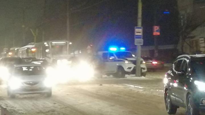 Полицейский УАЗ врезался в столб и парализовал движение смоленских трамваев