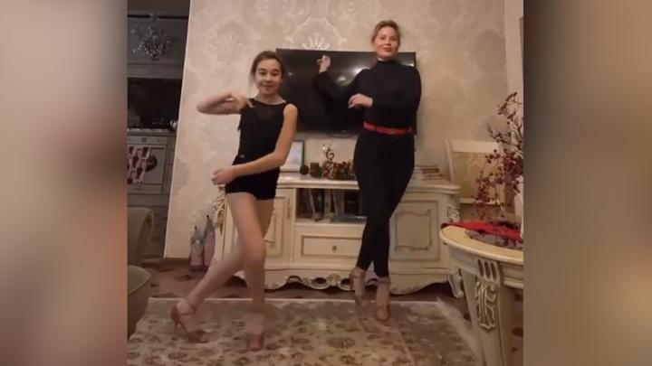 #РОССИЯТАНЦУЕТДОМА: Лучший Ча-ча-ча исполнили Альфия и Дарья Шайхалисламовы