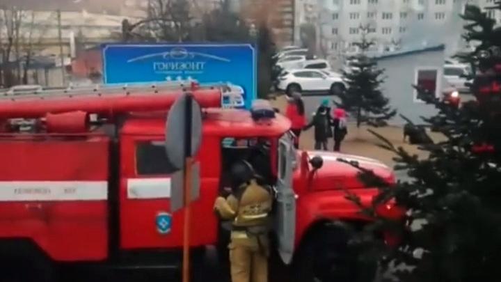 Шесть пожарных машин тушили тумбочку в отделении банка в Находке