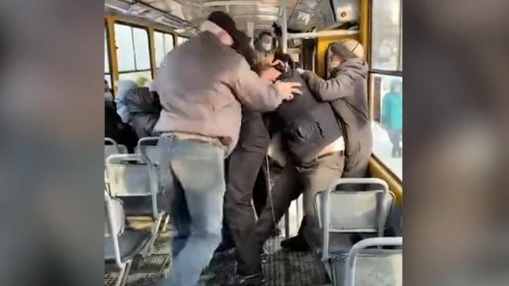 В Барнауле из-за отсутствия маски подрались пассажиры трамвая