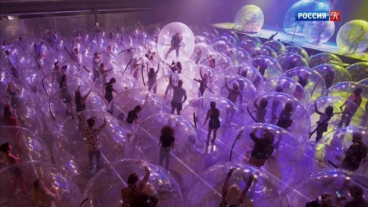 В США прошел концерт со зрителями в защитных пузырях