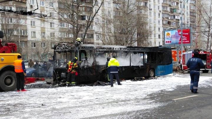 Электробус загорелся посреди дороги на юго-западе Москвы
