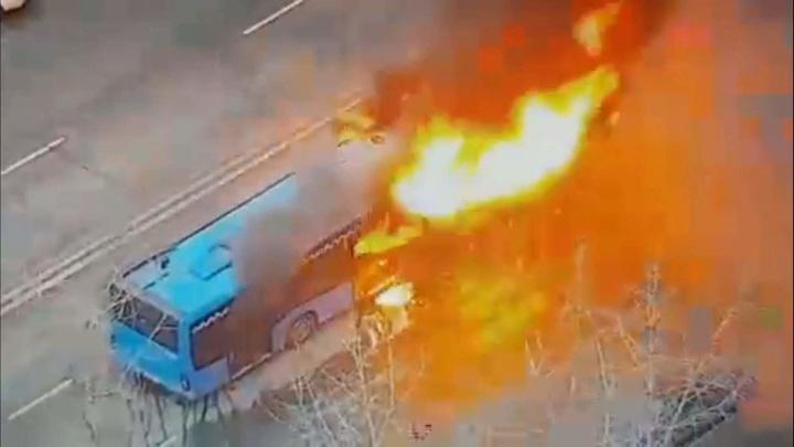 Камера зафиксировала начало пожара в московском автобусе