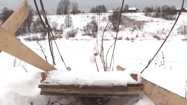 Навесной пешеходный мост рухнул в Вологодской области