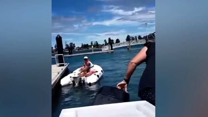 Мужчина на лодке в отместку протаранил катер с детьми на борту