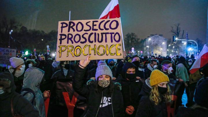 Массовая демонстрация проходит в Варшаве
