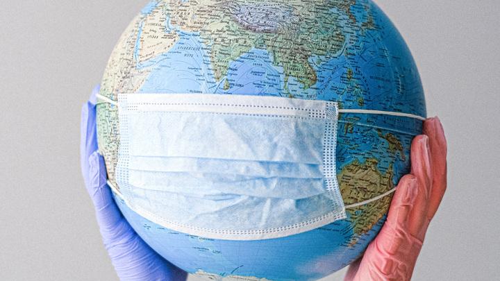 Число новых случаев COVID-19 в мире продолжает снижаться