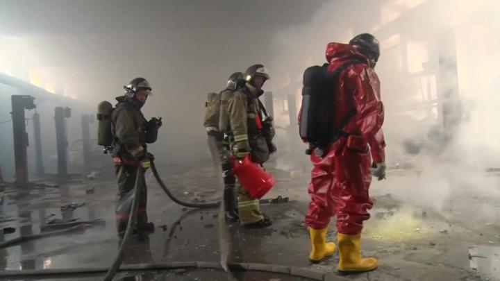 Двухэтажное здание с увеселительными заведениями горит в центре Москвы