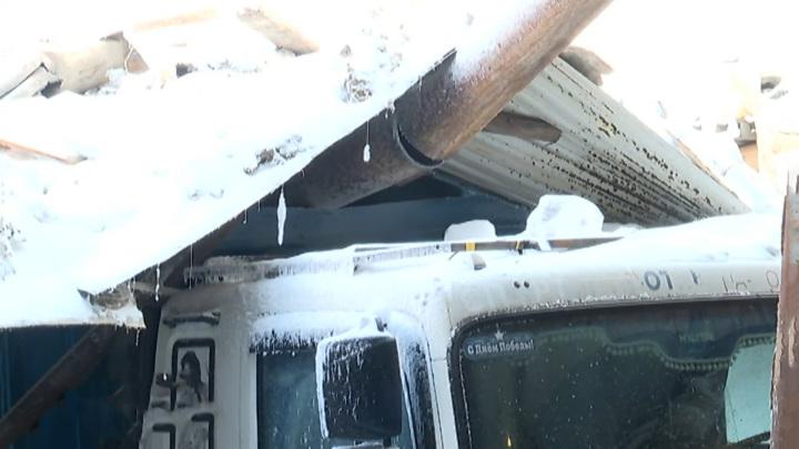 В Норильске крыша автостоянки обрушилась на грузовики