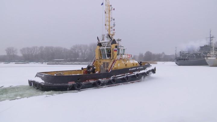 Новейшие рейдовые буксиры приступили к обколке льда в главной базе Балтфлота