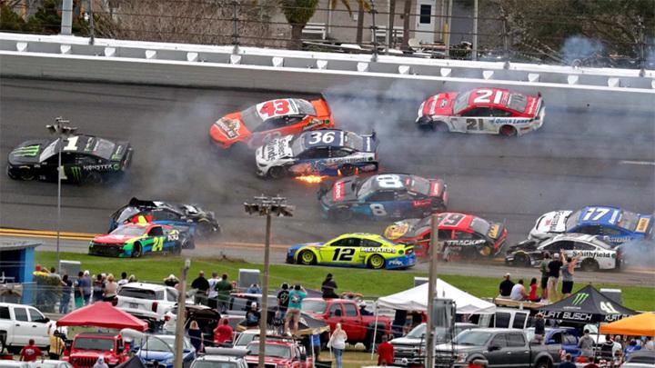 Сезон гоночной серии NASCAR начался с массовой аварии
