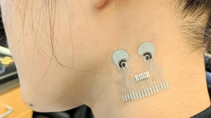 Датчик наклеивается на кожу и измеряет несколько показателей, включая содержание глюкозы в крови и кровяное давление.