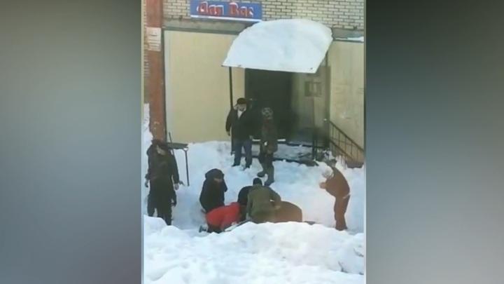 Прохожие откопали попавшего под коммунальную лавину мужчину