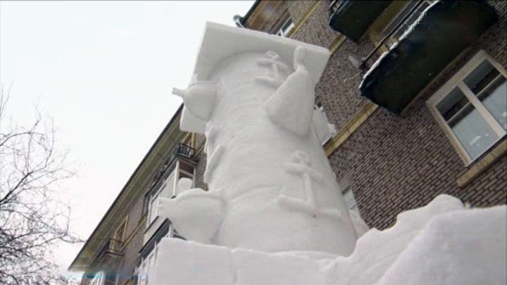 Петербуржец создает скульптуры достопримечательностей города из снега