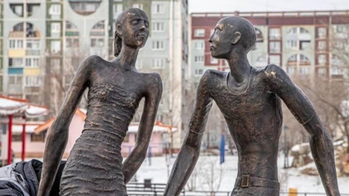 Заморенные ипотекой: еще один памятник в России вызвал споры