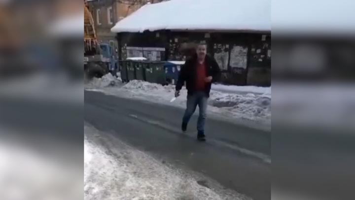 В Саратове недовольный уборкой снега мужчина ранил ножом директора управляющей компании