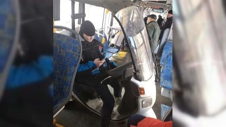 Московский курьер на скутере заехал в трамвай